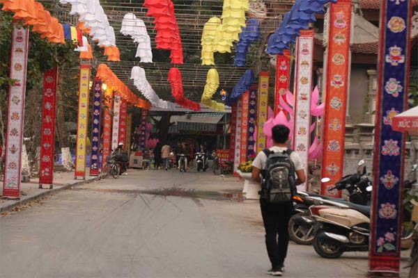 đi tản bộ tại chùa thầy